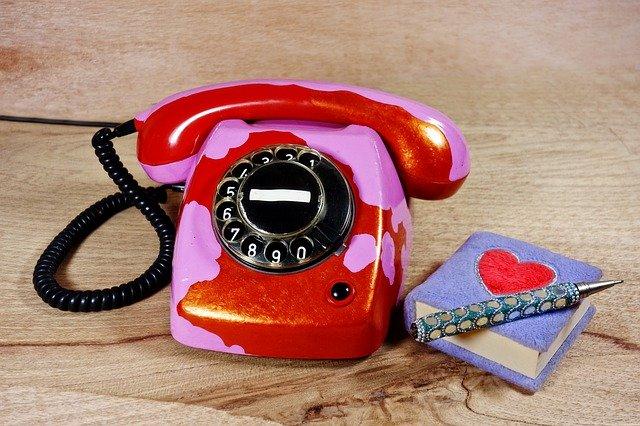 cerveny stary telefon