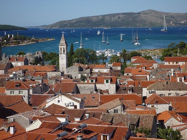 moře, lodě, střechy, kostelík