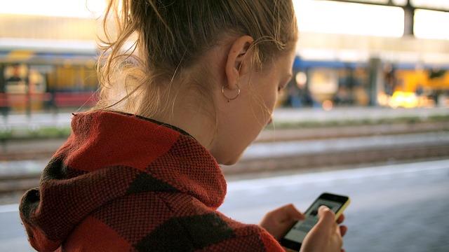 koukání do mobilu