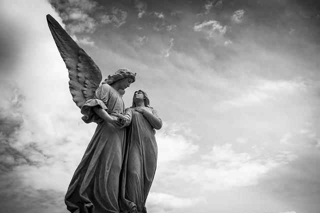 sochy andělů
