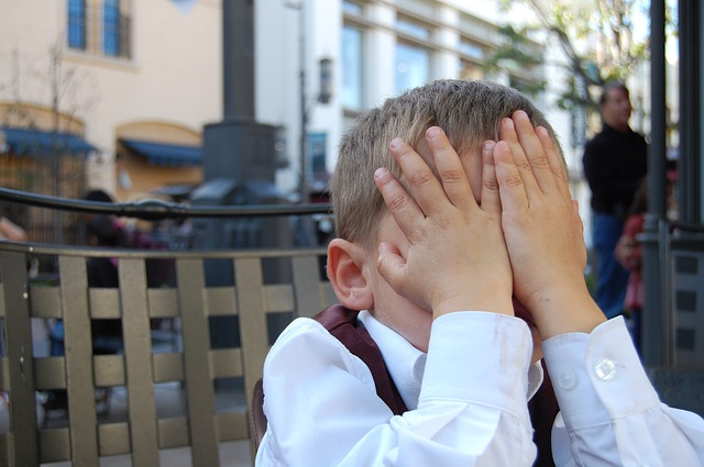 chlapec a zakryté oči