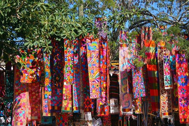 barevné šátky visící na stromě