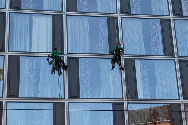 muži myjící okna