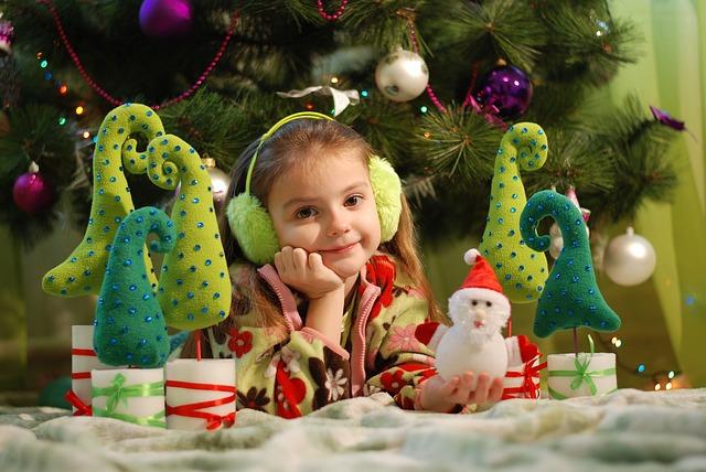 Holčička u vánočního stromku